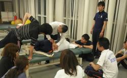 和歌山市の整形外科のリハビリの先生達に教えている写真
